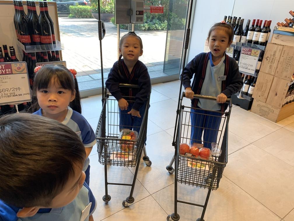 K1參觀超級市場